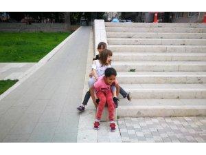 Tarihi müzenin merdivenlerinde kaydırak keyfi