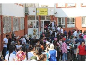 Öğrenciler içeride, aileler dışarıda ter döktü