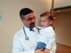 Yaşamaz denen Poyraz bebek ilk doğum gününü, hayatını kurtaran doktorla kutladı