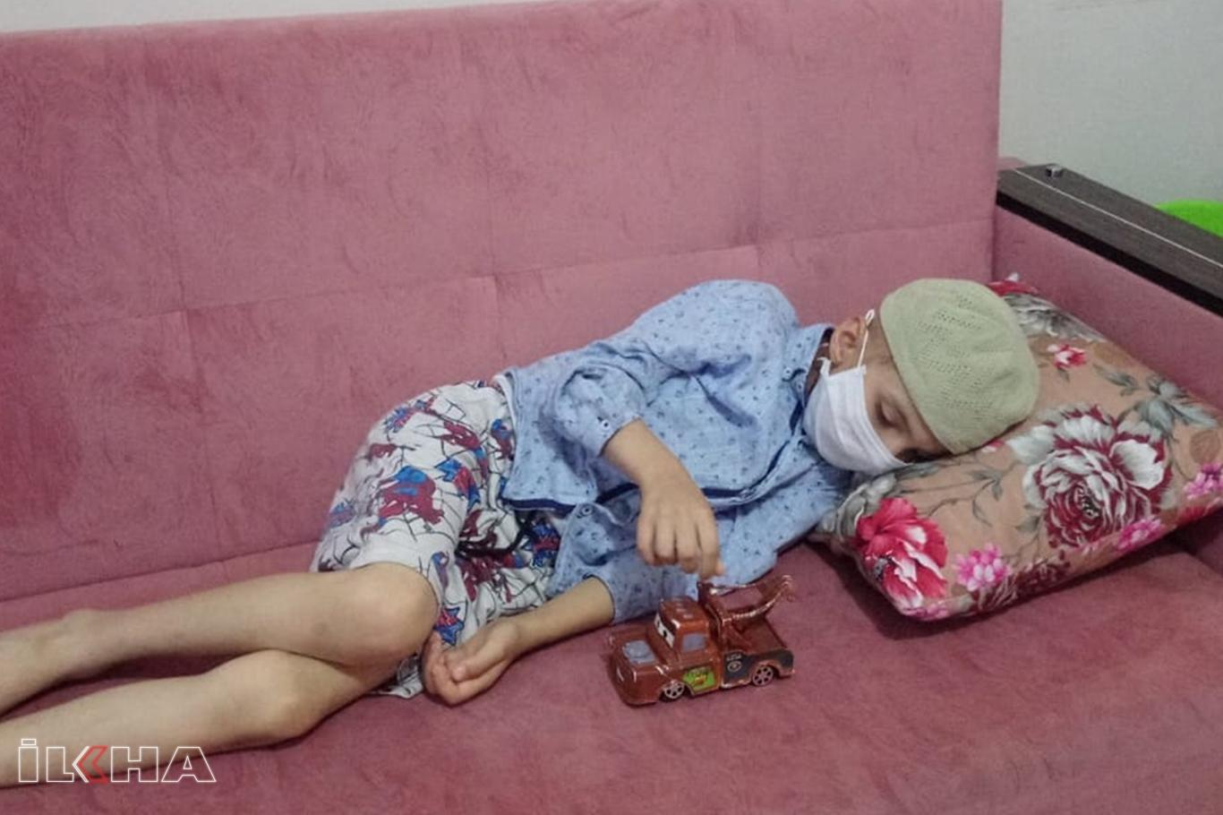 Beyninde tümör bulunan minik Serhat yardım bekliyor.