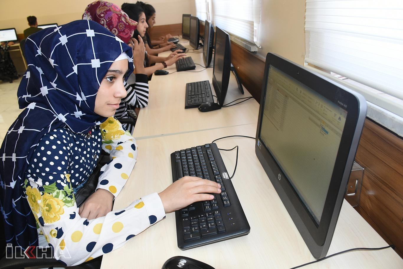Meslek sahibi olmak için bilgisayar eğitimi alıyorlar.