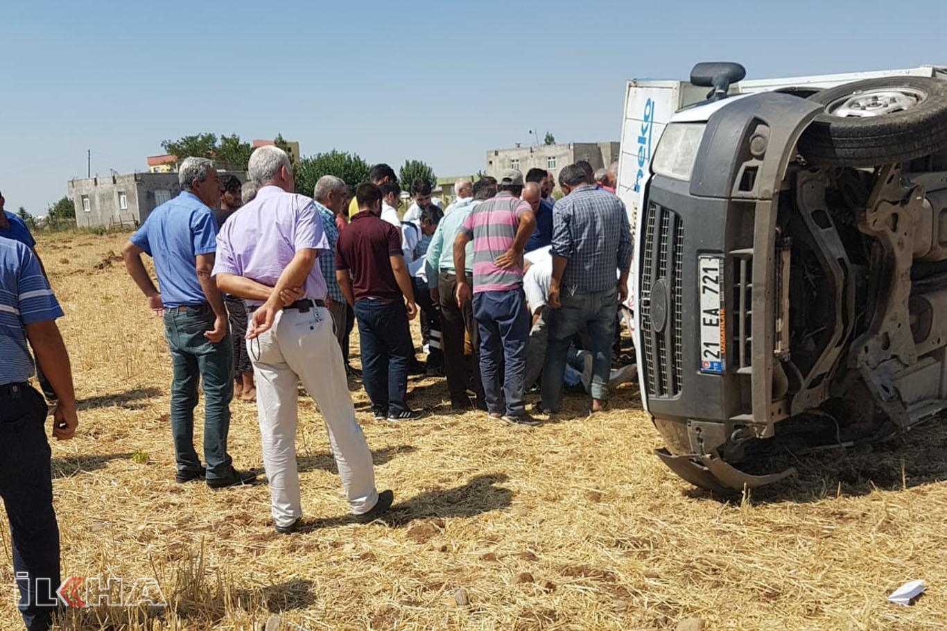 Tekerleği fırlayan kamyonet tarlaya yuvarlandı: 2 yaralı.