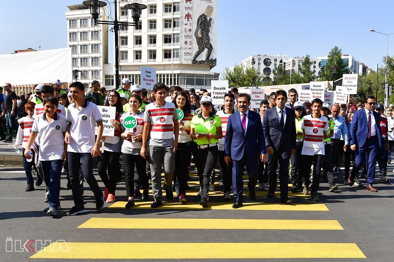 Diyarbakırda Yaya Geçidi Nöbeti Vali Güzeloğlunun katılımıyla gerçekleştirildi.