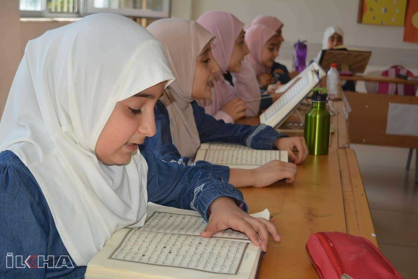 İmam hatipli öğrenciler Kuran hafızlığı için ter döküyor.