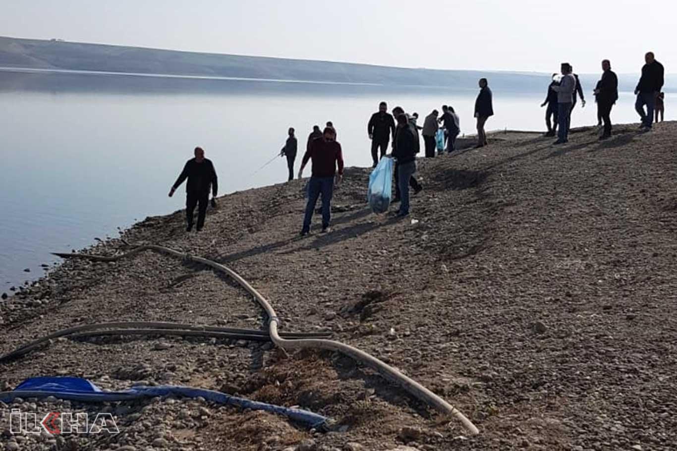 Okul idaresi ve öğretmenleri baraj kenarındaki çöpleri topladı.