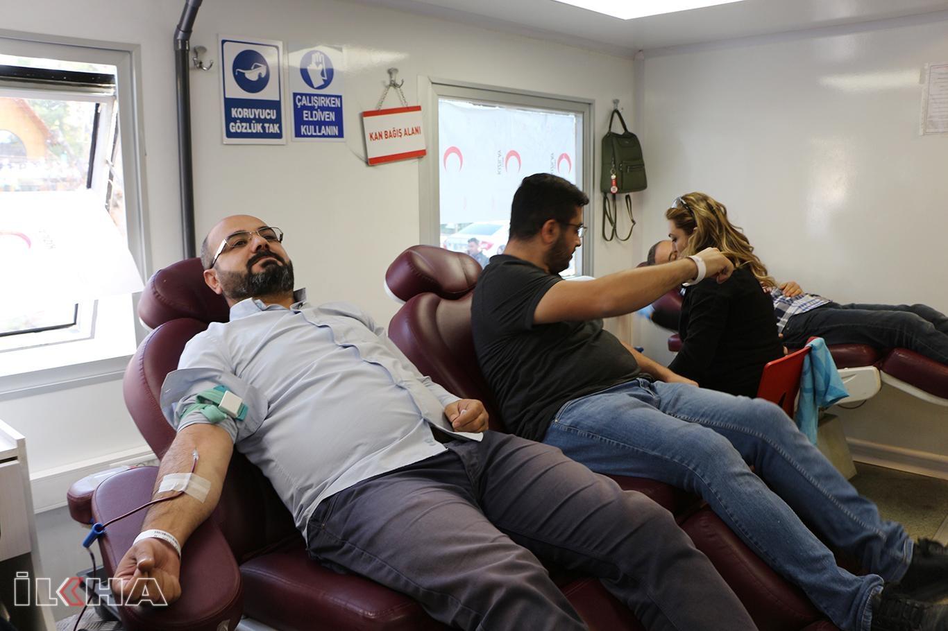 Kan bağışları gezici araçlarla toplanıyor.