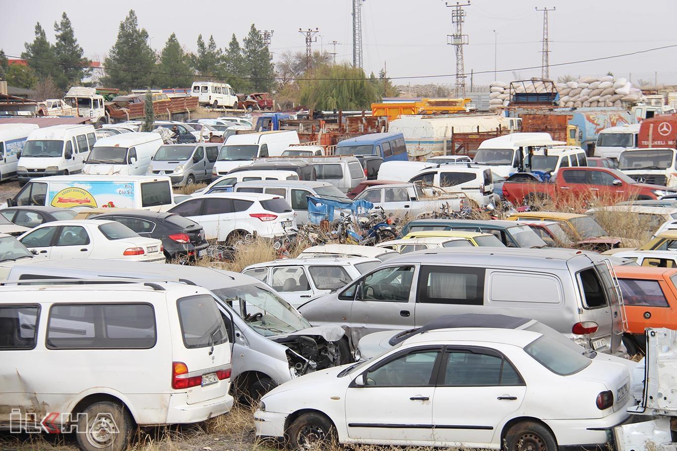 Binlerce araç çürümeye terkediliyor.
