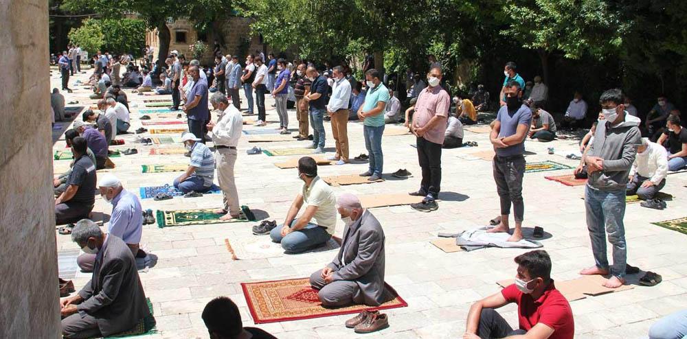 Mardin Midyat'taki tarihi camide ikinci kez sosyal mesafeli Cuma namazı eda edildi
