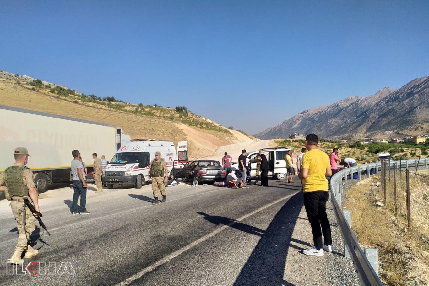 Hafif ticari araç ile otomobil çarpıştı: 3ü ağır 6 yaralı