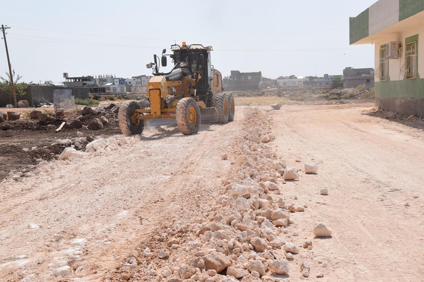 Viranşehirde yol yapım çalışmalarını sürdürüyor