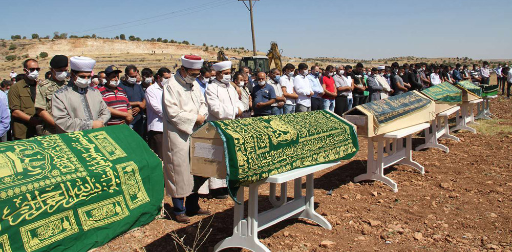 Feci kazada vefat edenler, dua ve ağıtlarla yan yana defnedildi