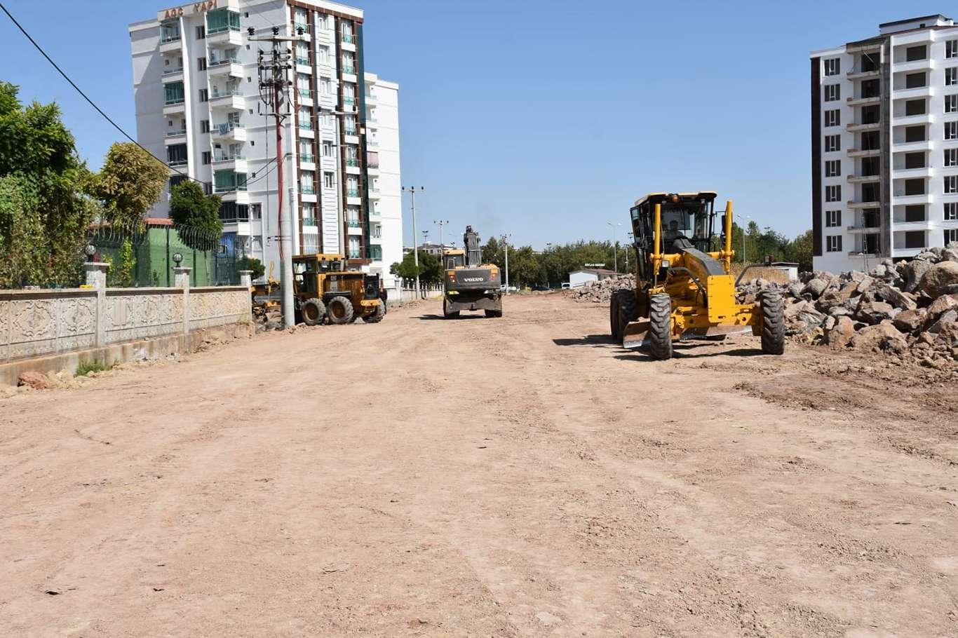 Diyarbakır'da yol yapım çalışmaları sürüyor