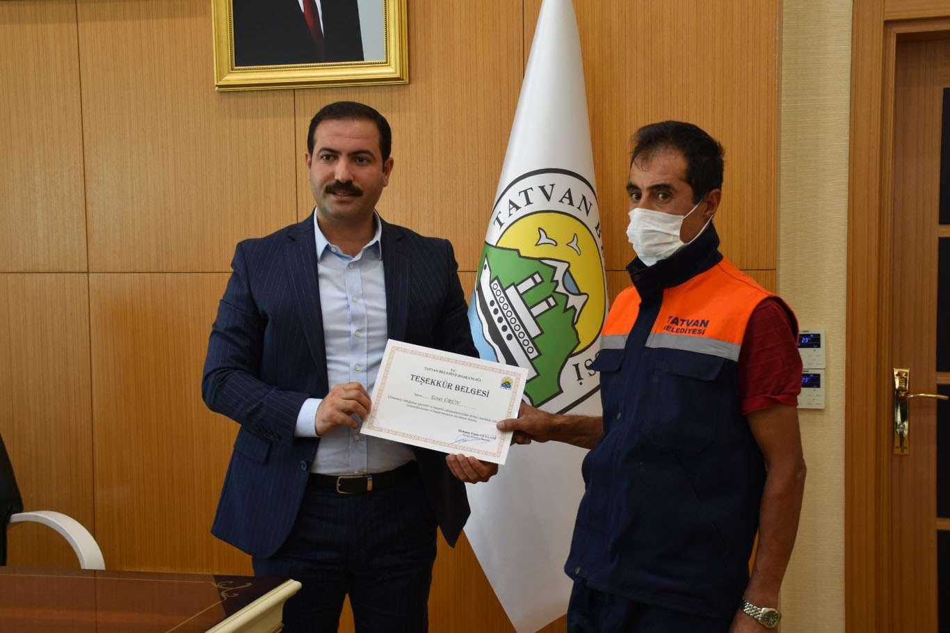 İşini dürüstçe yapan temizlik personeline belediye başkanından bir maaş ikramiye