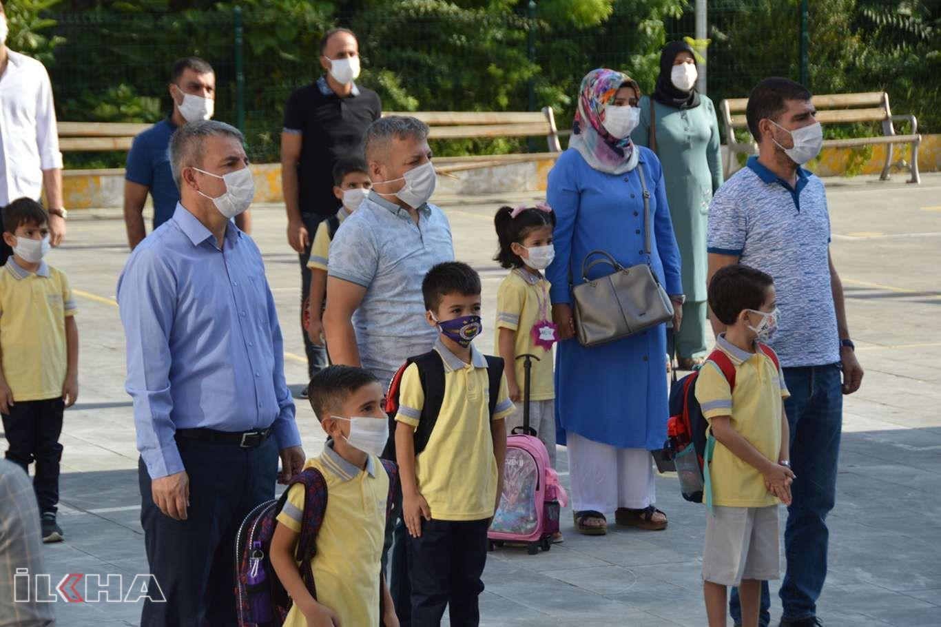 Siirt'te minikler yüz yüze eğitime maskeleri ile geldi