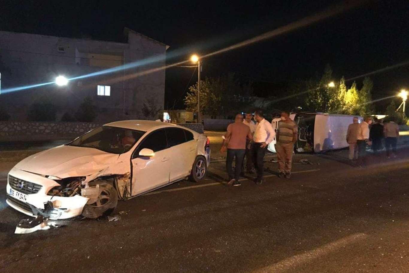 Minibüs ile otomobil çarpıştı, kazada 3 kişi yaralandı