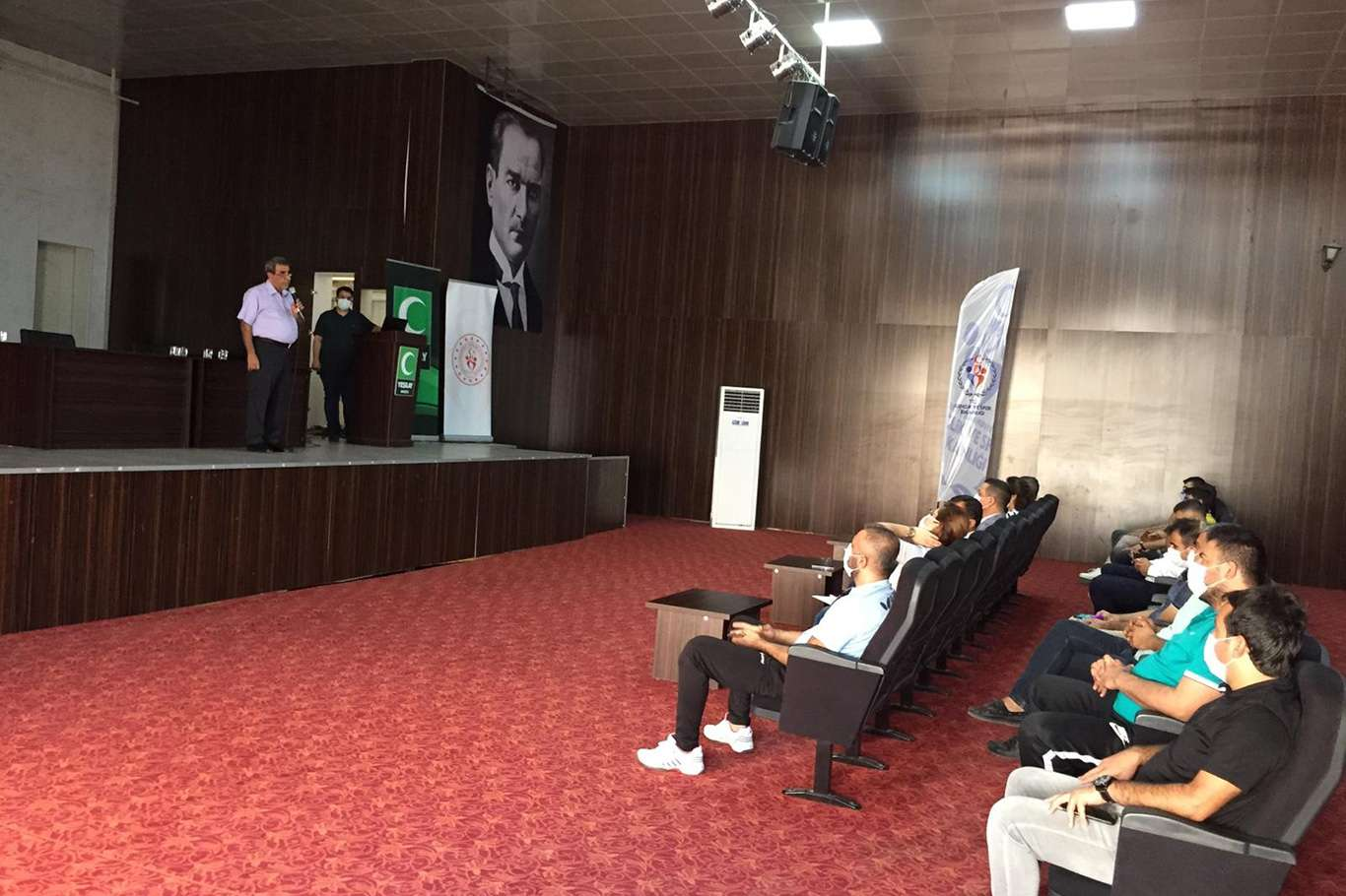 Yeşilay'dan gençlik ve spor personeline bağımlılıklarla mücadele semineri