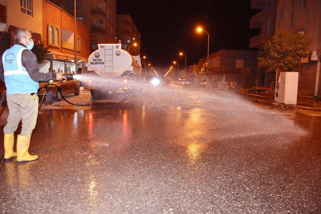 Hilvanda cadde ve sokaklar belediye ekiplerince yıkandı