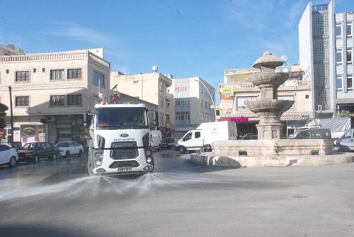 Midyat'ta Cadde ve sokaklar korona virüse karşı sabunlu su ile yıkanıyor