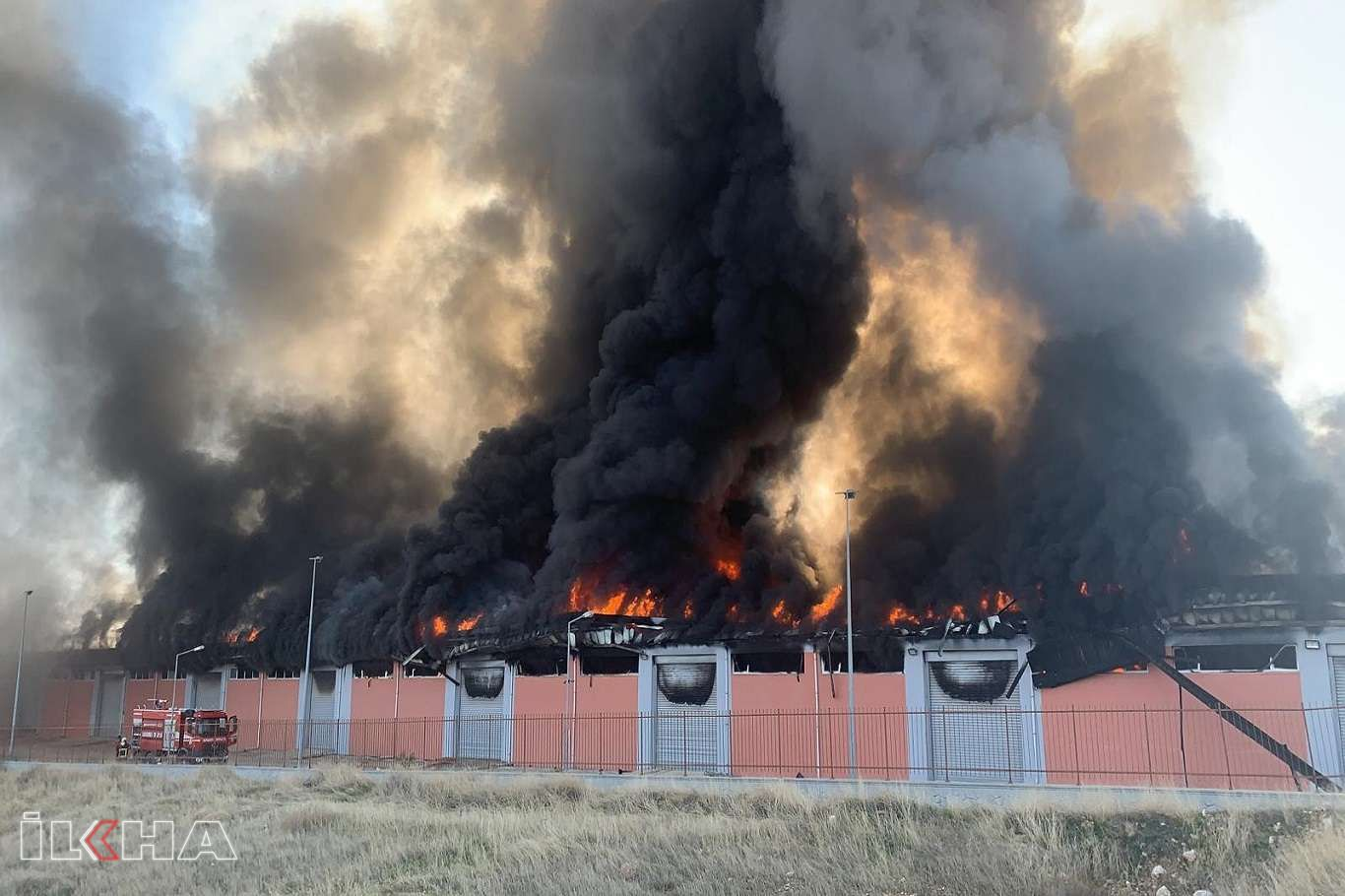 Şanlıurfa'da lojistik deposunda yangın çıktı