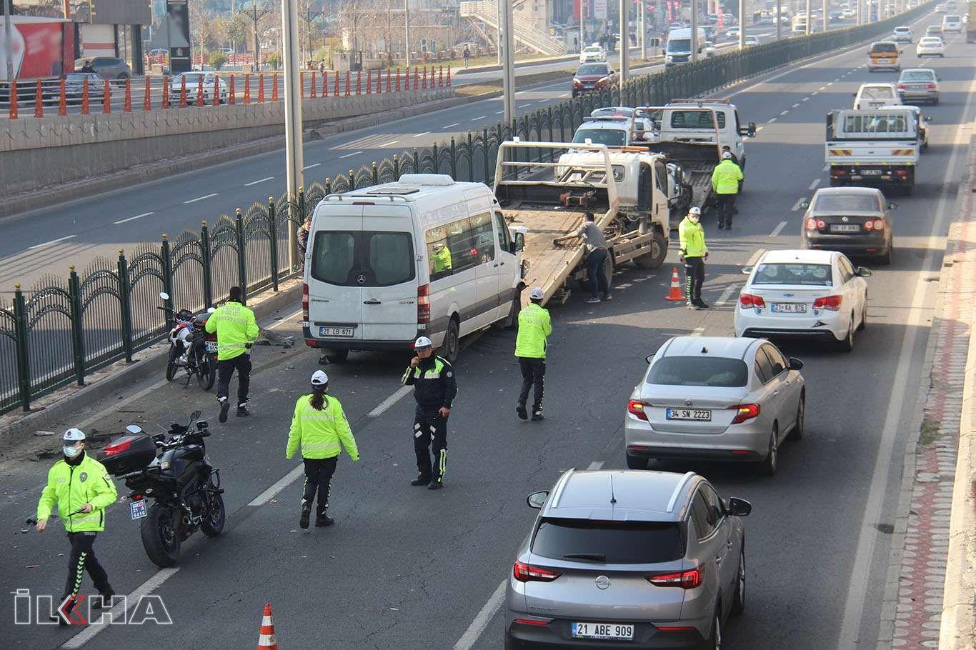 Motosiklete çarpmamak için bariyere vuran otomobil, zincirleme trafik kazasına yol açtı