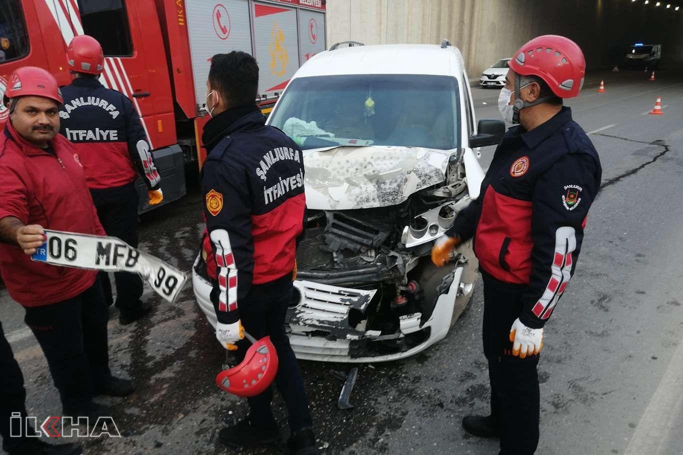 Şanlıurfada hafif ticari araçla otomobil çarpıştı: 2 yaralı