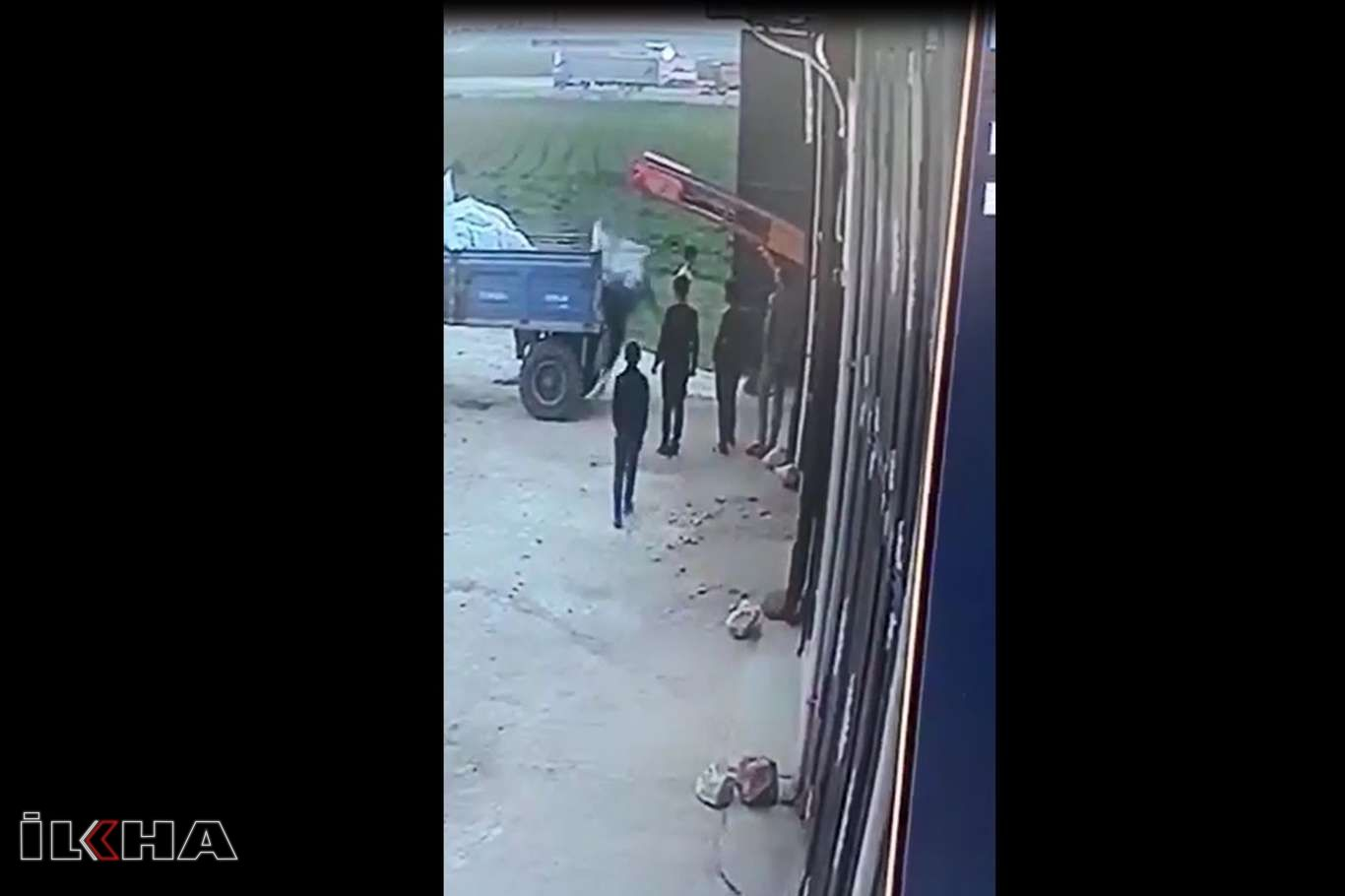 Gübre yükleyen çiftçinin dikkatsizliği kazaya neden oldu