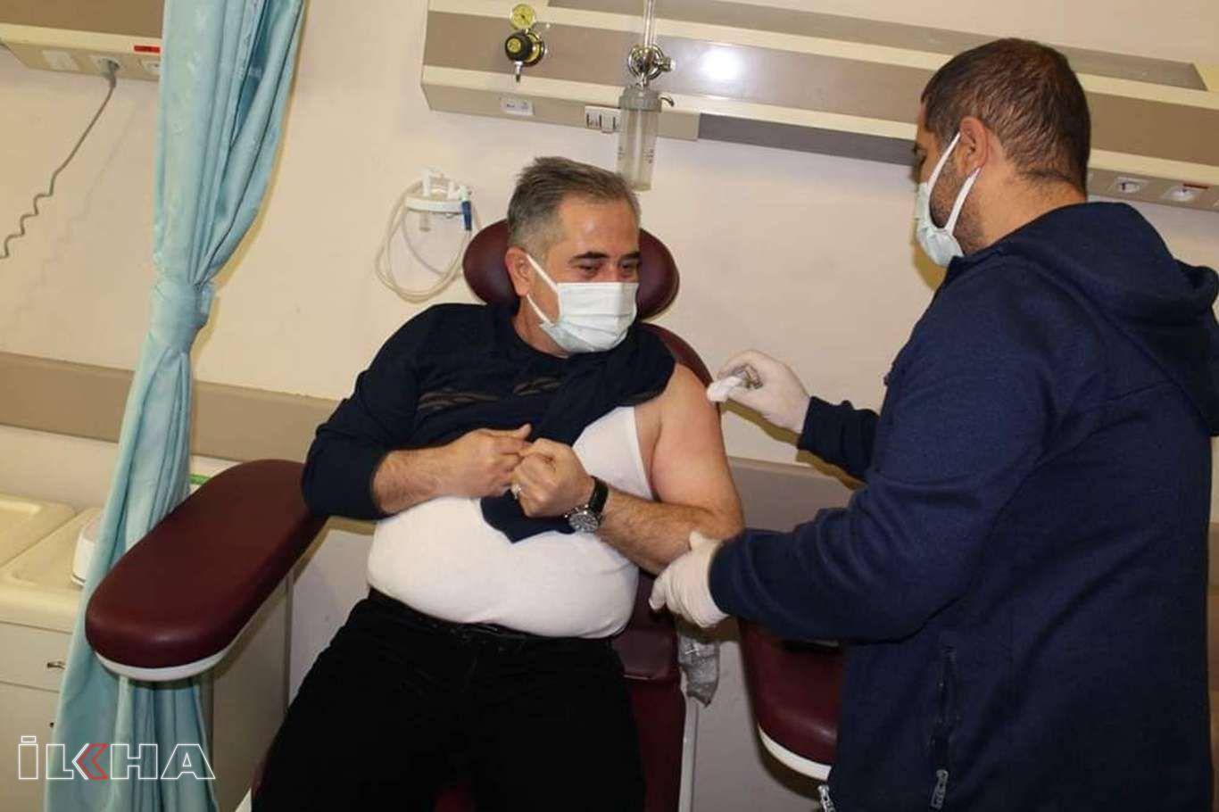 Nusaybin Devlet Hastanesi sağlık çalışanları Covid-19 aşısı oldu