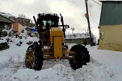 Şırnak'ta ulaşıma kapanan 17 köy yolunu açma çalışmaları devam ediyor