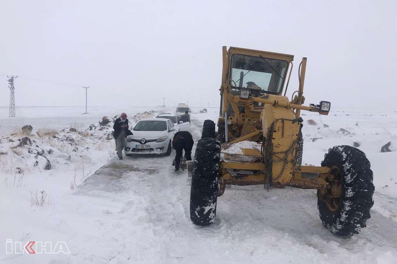 Karda mahsur kalan öğretmenler ekipler tarafından kurtarıldı