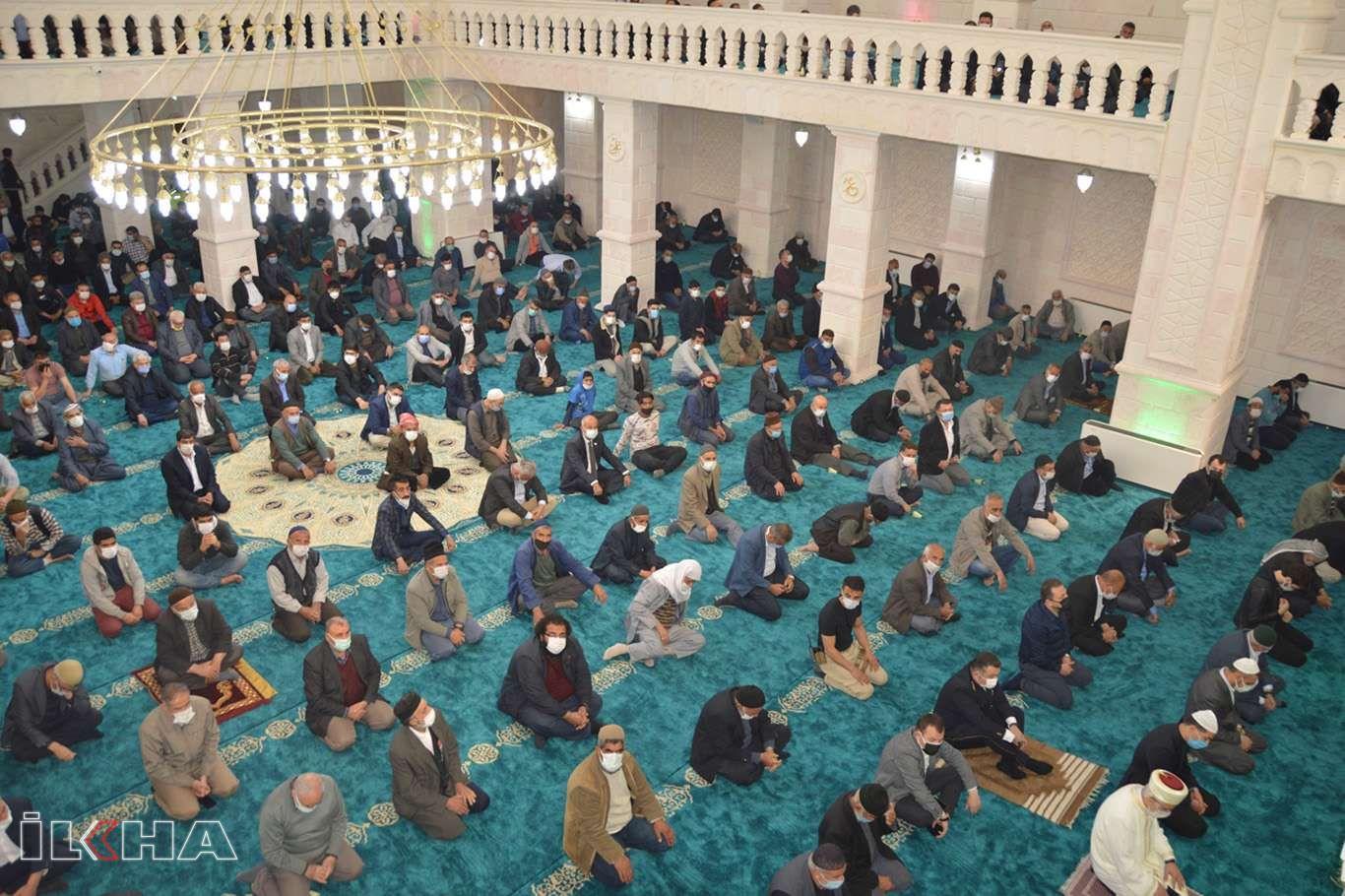 Siirt'te yapımı tamamlanan Şeyh Faraç Camii ibadete açıldı
