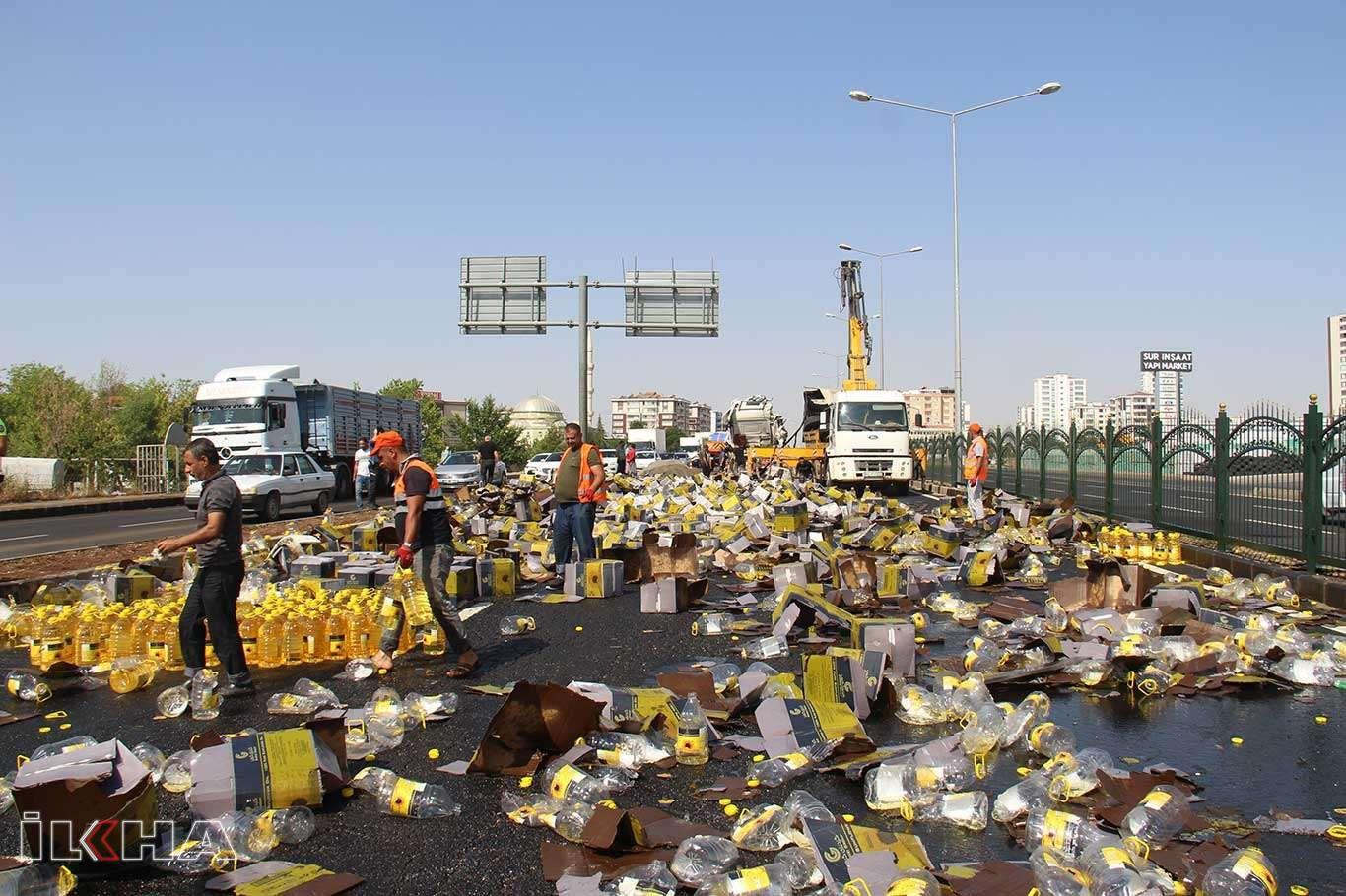 Yağ yüklü tır devrildi: Tonlarca litre yağ yola döküldü