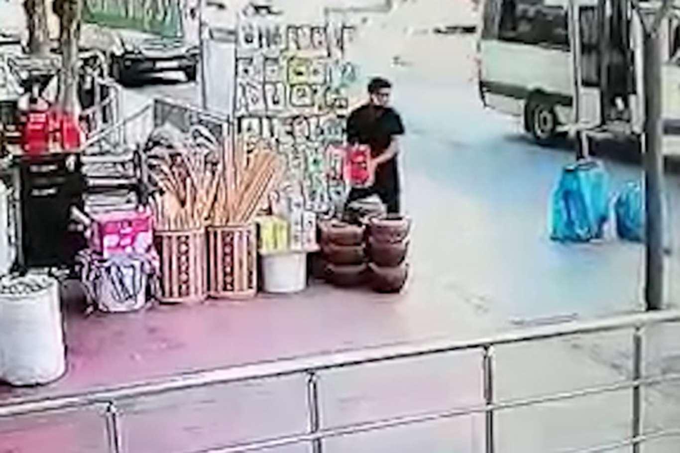 Baharatçıdan kahve çalan genç güvenlik kamerasına yakalandı