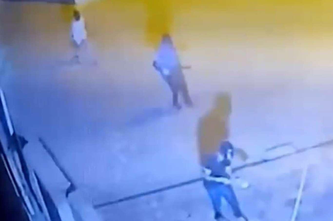 Batmanda polis karakoluna patlayıcı atan saldırganlar güvenlik kamerasına yansıdı