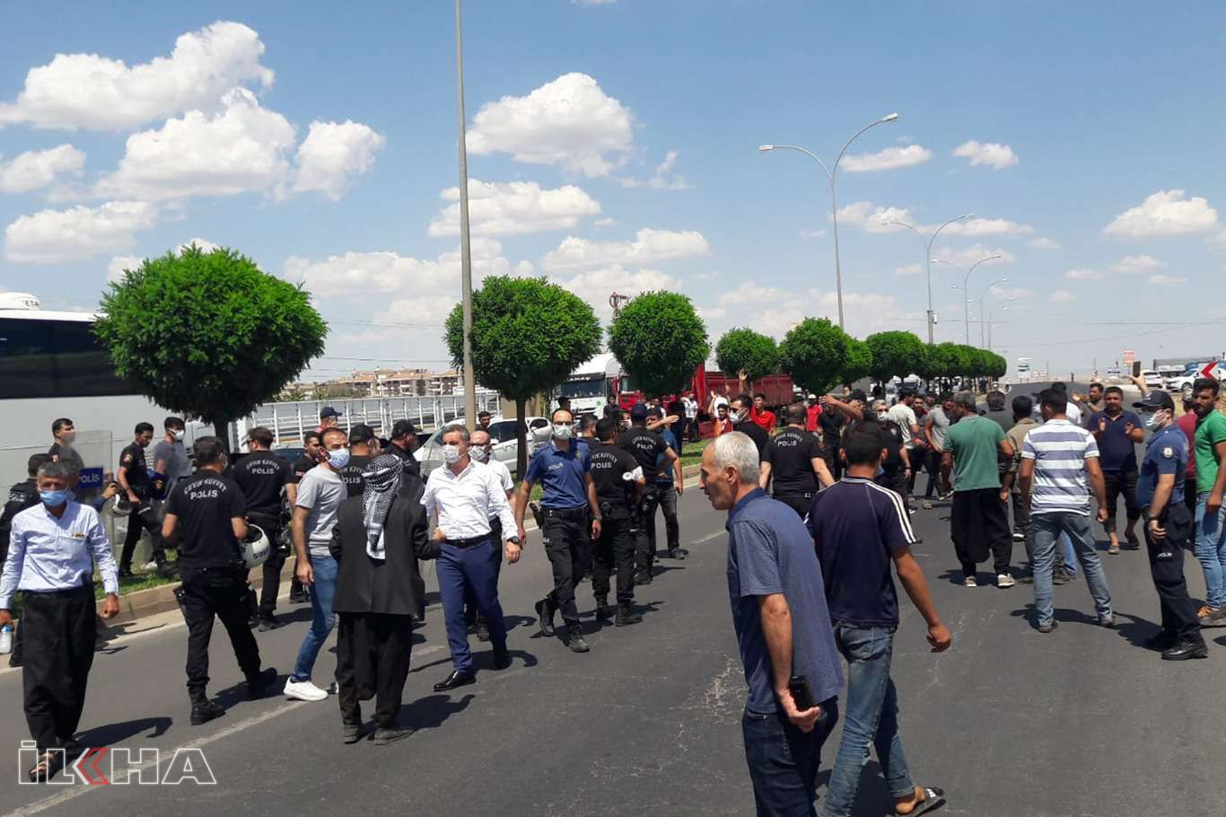Şanlıurfada elektrik kesintilerini protesto eden çiftçiler kara yolunu kapattı
