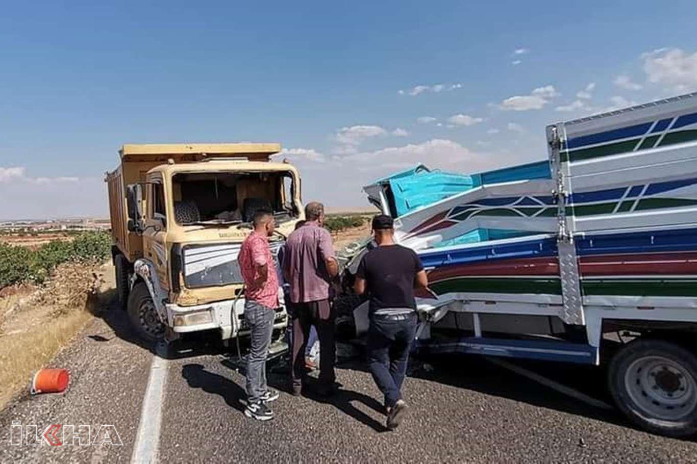 Kamyon ile kamyonet kafa kafaya çarpıştı: Bir ölü bir yaralı