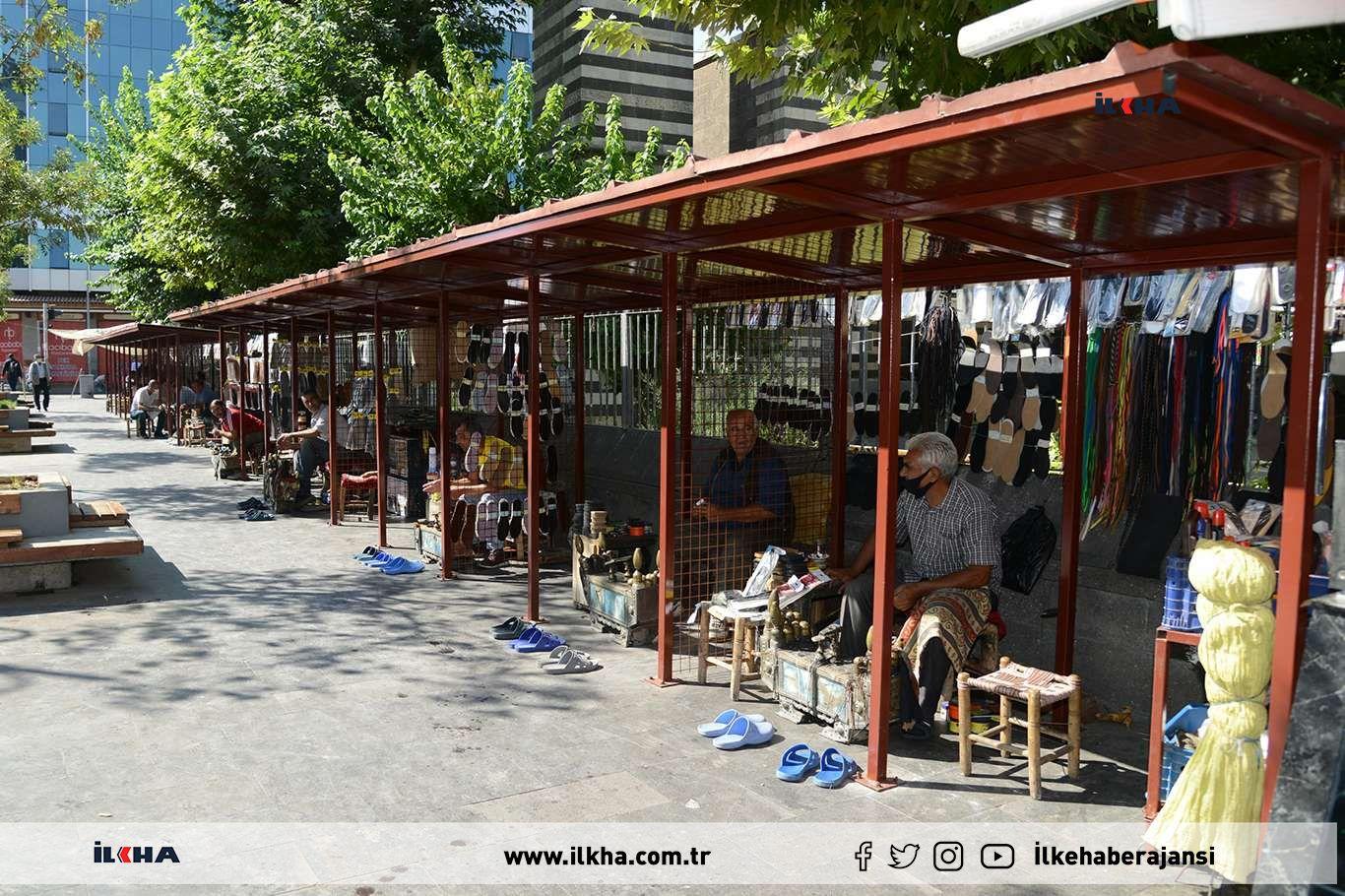 Nebi Cami önündeki ayakkabı boyacılarının yerleri yenileniyor