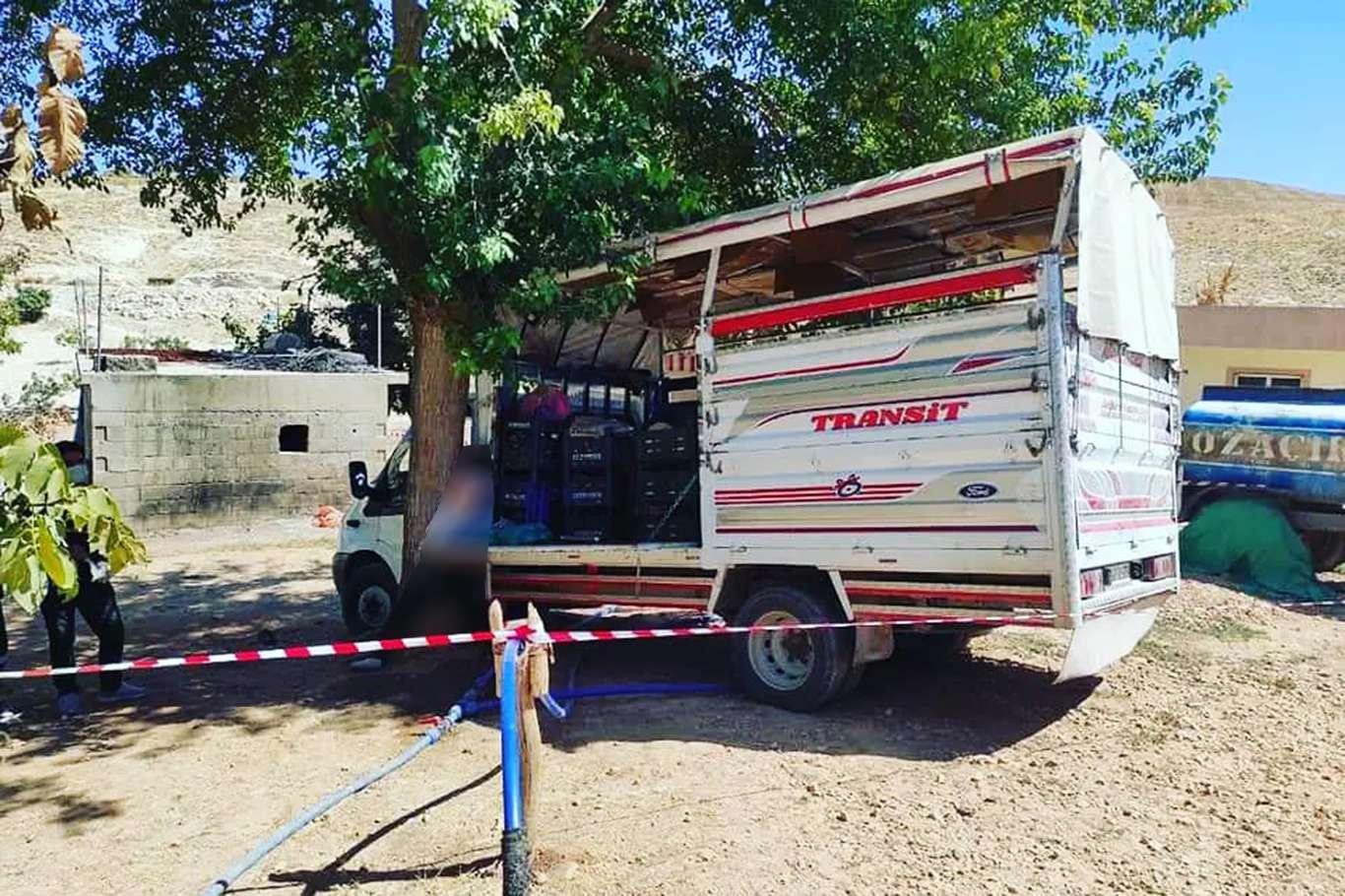 Yokuşa park ettiği kamyonetiyle ağaç arasında sıkışan sürücü hayatını kaybetti
