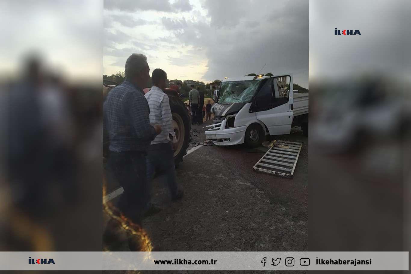 Kamyonet ile otomobil kafa kafaya çarpıştı: 3 Yaralı