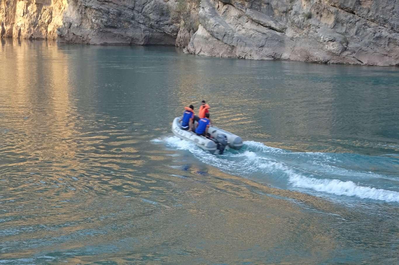 Serinlemek amacıyla baraj gölüne giren 2 gençten haber alınamıyor