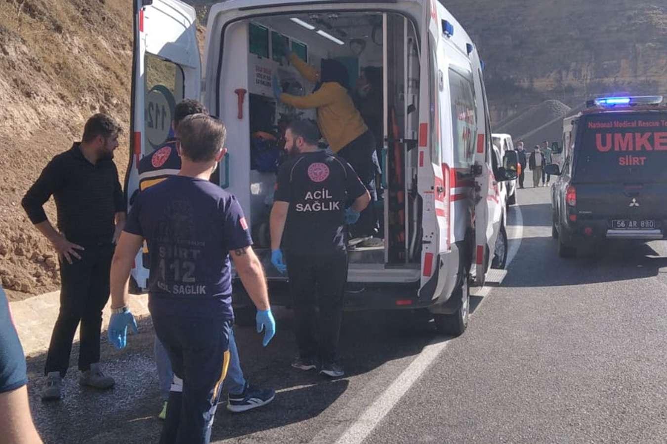 Siirt'te saman yüklü tır devrildi: 2 yaralı