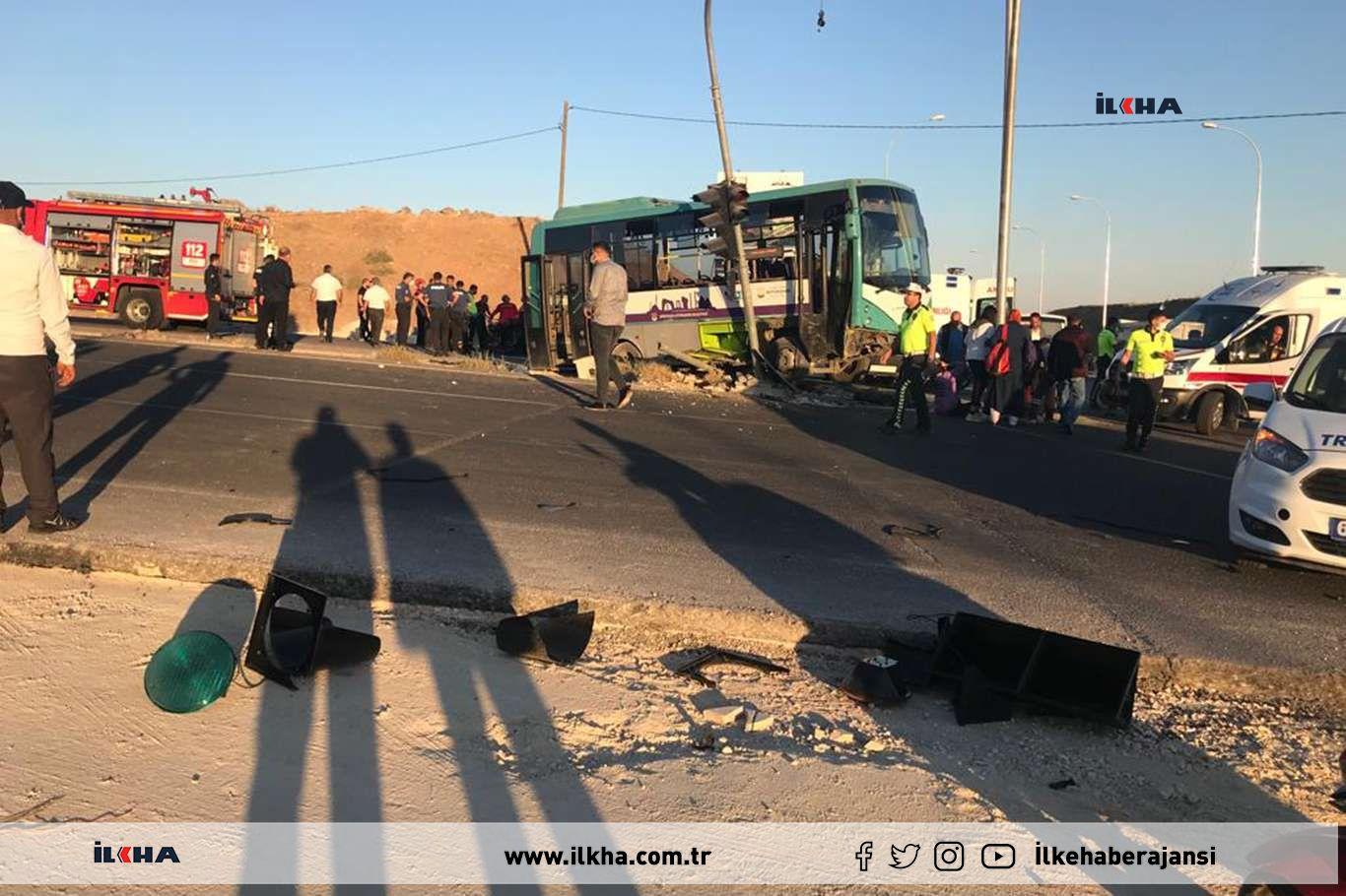 Şanlıurfada şehir içi minibüs ile otomobil çarpıştı: 9 yaralı
