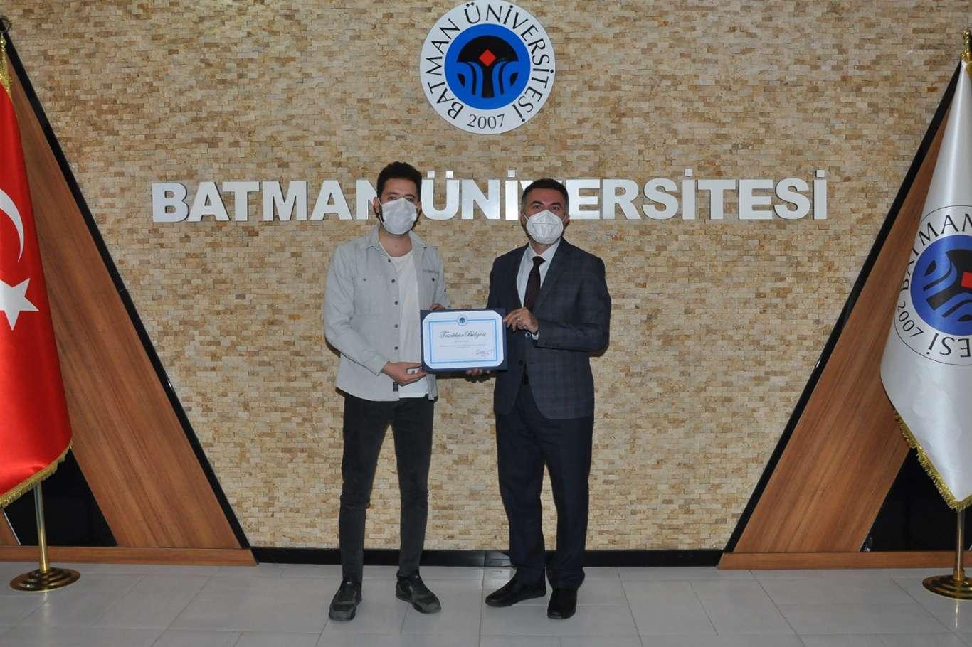 Rektör Demir'den üniversite öğrencisine teşekkür belgesi